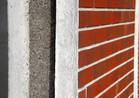 Железобетонный монолит и клинкерная плитка: надежное решение.