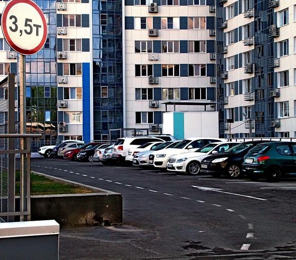 Крыша подземного гаража служит бесплатной гостевой парковкой для местных собственников недвижимости.