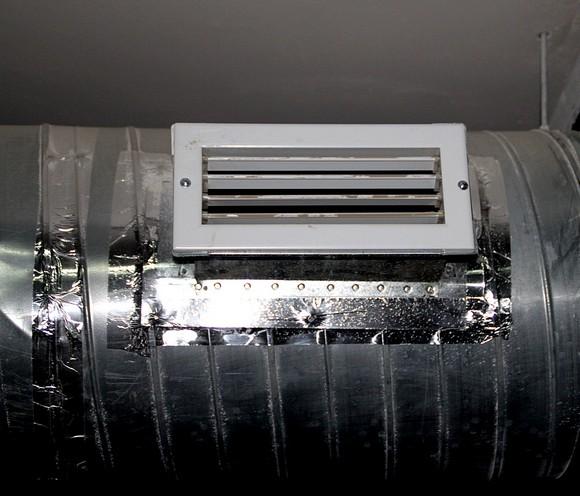 Встроенная в гараж вентиляция удаляет выхлопные газы и обеспечивает сухость воздуха.
