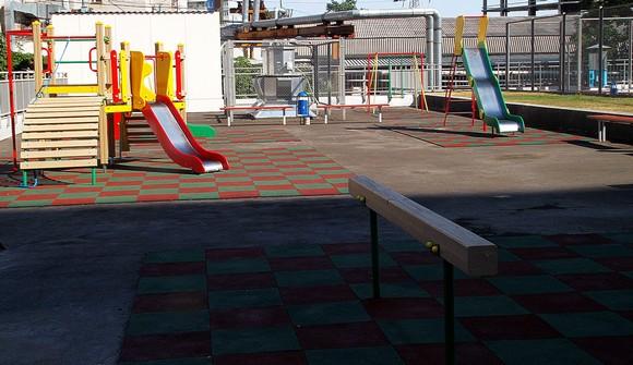 И одновременно — детской площадкой