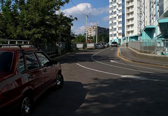 Парковку и первую очередь жилого комплекса «Гвардейский» опоясывает «серпантин» с красивой разметкой.