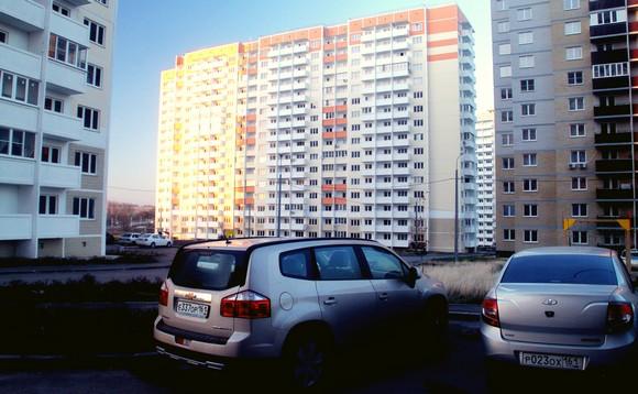 Границы между многоквартирными домами проводят специализированные организации.