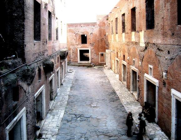 Инсула, или многоквартирный дом в древнем Риме, предназначенный для сдачи в аренду. Обычно нижние этажи в таком жилье отдавались под лавки, а верхние — под жилье. При этом состоятельные арендаторы снимали в наем индивидуальные дома.