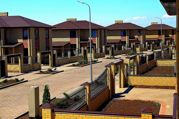Управление коттеджным поселком как единым недвижимым комплексом обычно организуется «по аналогии» с многоквартирным домом. У здешних собственников жилья нет единой кровли и фундамента, зато имеются общие коммуникации и благоустроенный земельный участок.