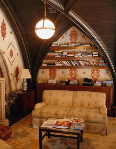 Книги, диван и уютная лампа созданы друг для друга