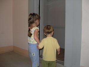Детям самим ездить в лифте нельзя!