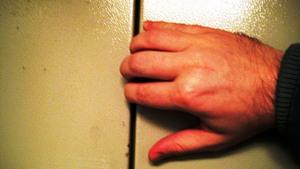 Не пытайтесь открыть двери лифта рукой!