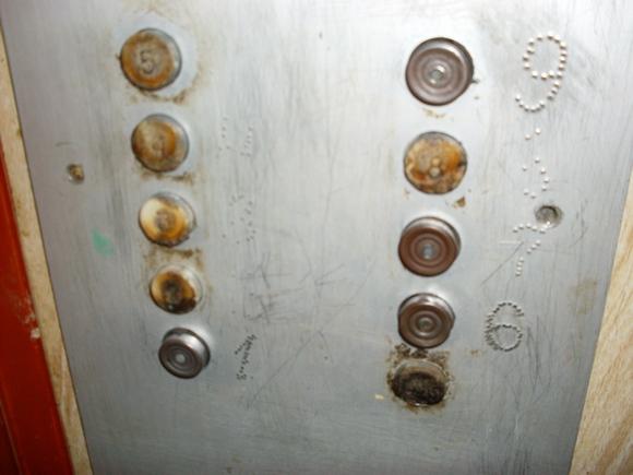 Жильцы не щадят своего лифта.