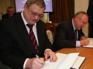 Экс-губернатор Дона Владимир Чуб и глава Фонда ЖКХКонстантин Цицин подписывают соглашение — ремонтировать дома и реформировать отрасль.