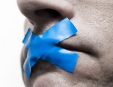 От журналистов требуют молчания.