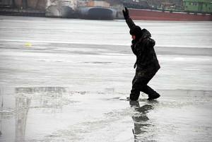 Идущий по льду.