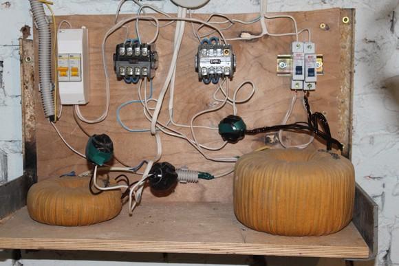 Понижающие трансформаторы в подвале МКД.