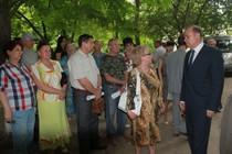 Сергей Сидаш и жители Таганрога во дворе МКД.