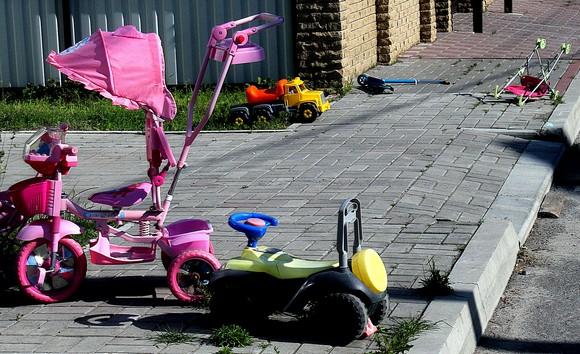 Дети в «Солнечном» разбрасывают свои игрушки не только в домах, но и прямо по улицам коттеджного поселка. В сформированной застройщиком охраняемой среде никто ничего не ворует.