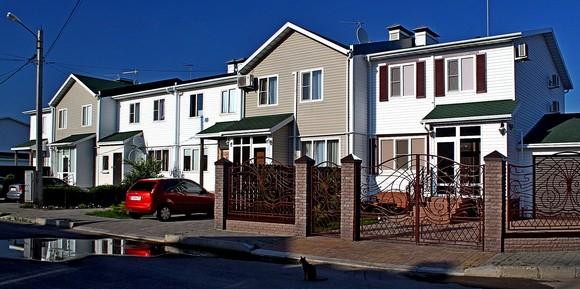 Некоторые конкуренты скептически отзываются о перспективах успешных продаж таунхаусов в «Солнечном», возводимых по канадской технологии деревянного домостроения. Но вот незадача: сейчас он является самым многолюдным загородным комплексом, здесь проживает более тысячи человек — возможно, даже больше, чем во всех остальных коттеджных поселках под Ростовом, вместе взятых.