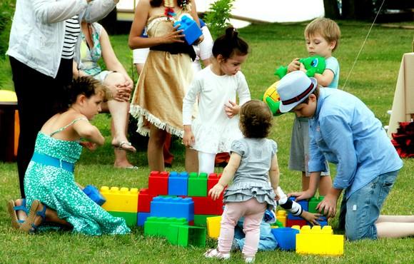 Вообще, дети в коттеджных поселках — явление весьма интересное. Ведь сейчас растет новое поколение россиян, у которых формируется уникальное сознание жителя КП. Какими они станут лет через пятнадцать-двадцать?