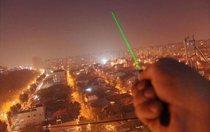 Зеленый луч лазера.