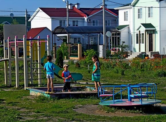 Еще одно принципиальное отличие жизни в коттеджном поселке — безопасность маленьких детей, которых в «частном секторе» Ростова зачастую боятся выпускать на улицу. На фото: дети в «Солнечном».