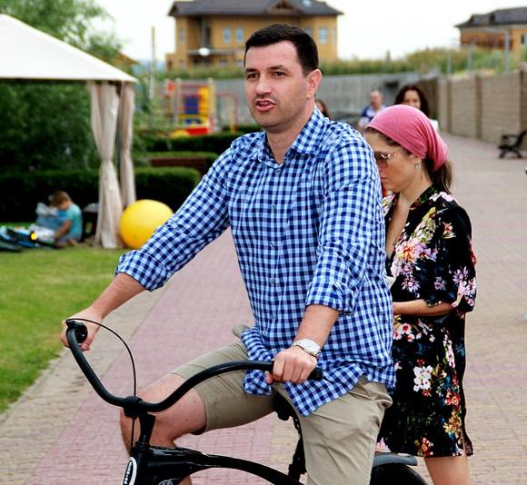 Генеральный директор АДДК Константин Швалев ездит по набережной «Ривьеры» на самом экологичном транспорте.