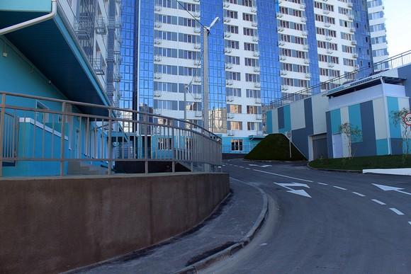 Целиком сфотографировать жилой комплекс «Гвардейский» со двора невозможно даже широкоформатным объективом. Что навевает на мысль о дефиците придомовой территории и скупости застройщика.