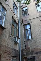 Бывший доходный дом на Серафимовича, 31/44. Ремонтировать уже поздно, а сносить еще рано.