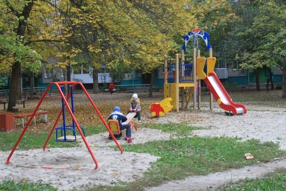 """Детская площадка ЖСК """"Орленок"""": общий вид."""