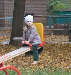 У этой девочки будет детская площадка!