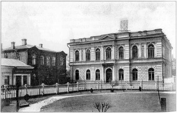 В этом историческом здании располагались городской музей и публичная библиотека.