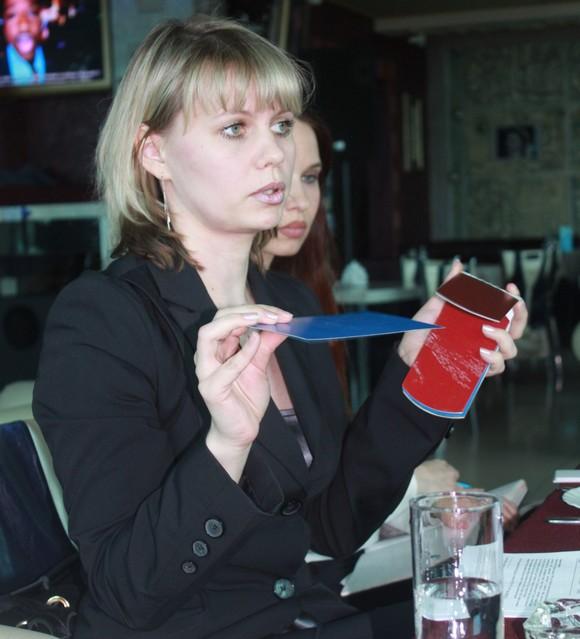Заместитель коммерческого директора ростовского подразделения «Металл-Профиль» Алеся Роева демонстрирует материалы-новинки.