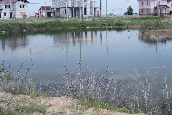 Земля у водоема стоит дороже.