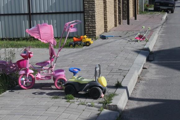 Дети и взрослые «Солнечного» оставляют свои вещи и игрушки прямо на улице. Здесь не воруют.