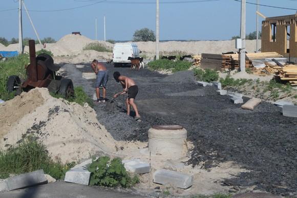 «НЖК-Юг» продолжает инфраструктурное развитие остающихся в поселке свободных земельных участков. После дорожных и прочих инфраструктурных работ здесь следует строительство жилья. И только затем начинаются продажи.
