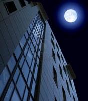 Высотка с видом на Луну.