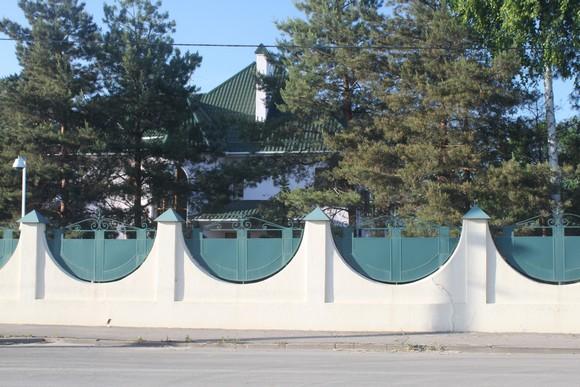 А этот шикарный объект в «Янтарном», если верить местным слухам, является дачей экс-губернатора Ростовской области Владимира Чуба.