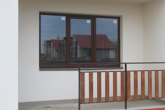 Окна таунхаусов в поселке Изумрудном.