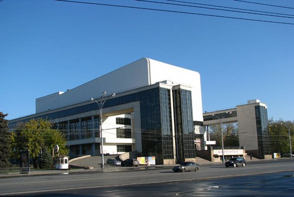 Театр Горького - шедевр архитектуры конструктивизма.