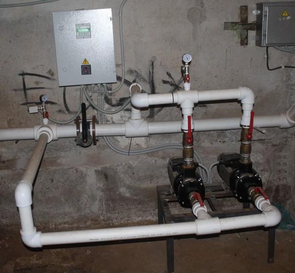 Чтобы обеспечить водоснабжением верхние этажи Таганрогской, 118, в подвале потребовалось установить насос компании «Грундфос» и другое оборудование, чем прежняя управляющая компания не занималась.