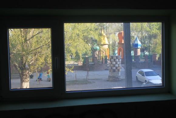 Установленные в подъездах металлопластиковые окна позволили сократить расходы на тепло и дополнительно утеплили квартиры.
