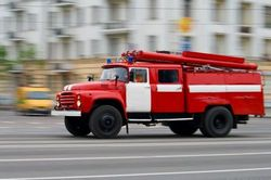 Пожарка мчит к дому, подожженному бомжами.
