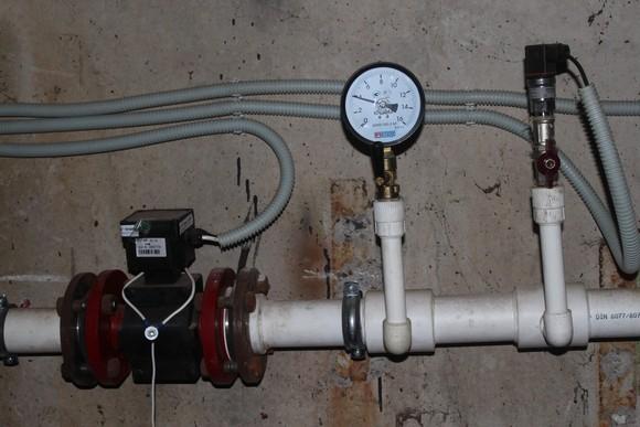 Установленный управляющей компанией электронный счетчик на холодную воду позволяет жильцам сэкономить на ХВС и, соответственно, канализовании. Оборудование отслеживает и напор воды, подаваемый в дом ростовским Водоканалом.