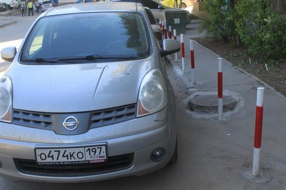 Благоустройство придомовой территории: установленные «РСУ-58» столбики препятствуют парковке автомобилей на газонах и тротуарах.