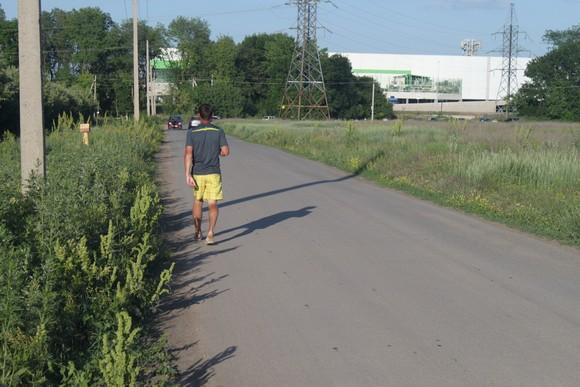 Жильцы пригорода «Янтарный» ходят к окрестным гипермаркетам по этой асфальтированной дорожке. С левой стороны будет построен наш коттеджный поселок.