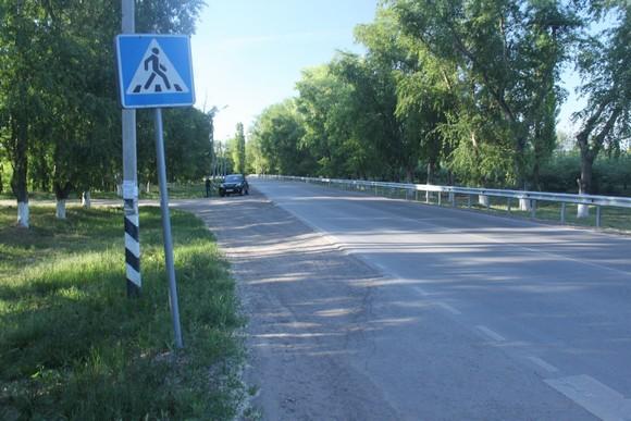 По левую сторону этой дороги, ведущей на трассу «М-4», лежит пригород «Янтарный», по правую —  коттеджный поселок «Мечта».