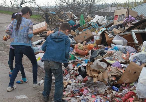 Сомнительные сокровища ростовских свалок привлекают детей.