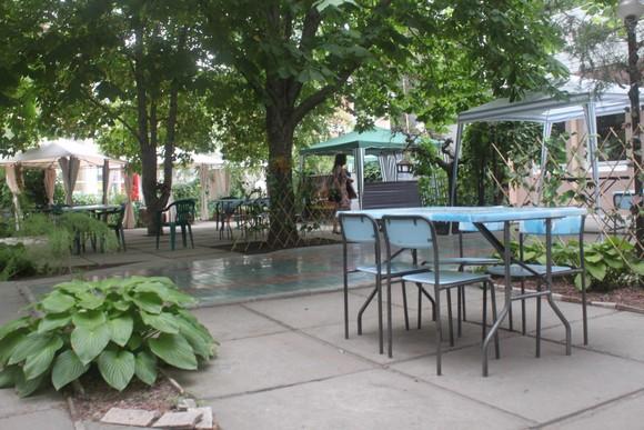 Благоустроенная территория рядом с кафе ЧАЙХАНА на ул. Дзержинского.