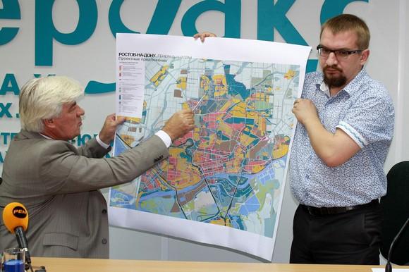 Геннадий Ананьев ищет свободные места на генплане Ростова.