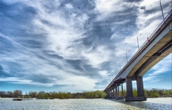 Над Ворошиловским мостом нависли тучи.