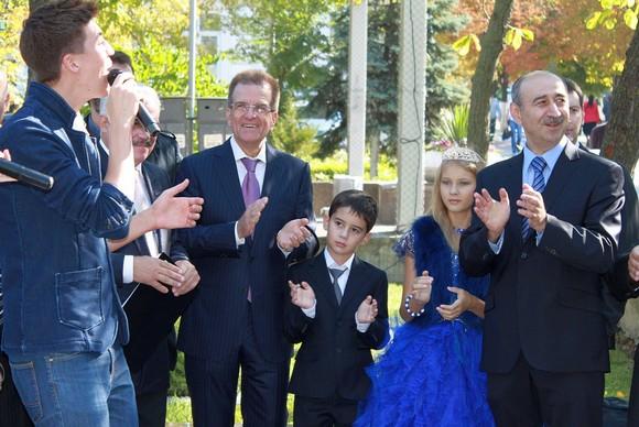 А тем временем нынешний мэр Ростова Михаил Чернышев поет с молодежью «Мы жили в этом городе» — старую песню о главном.