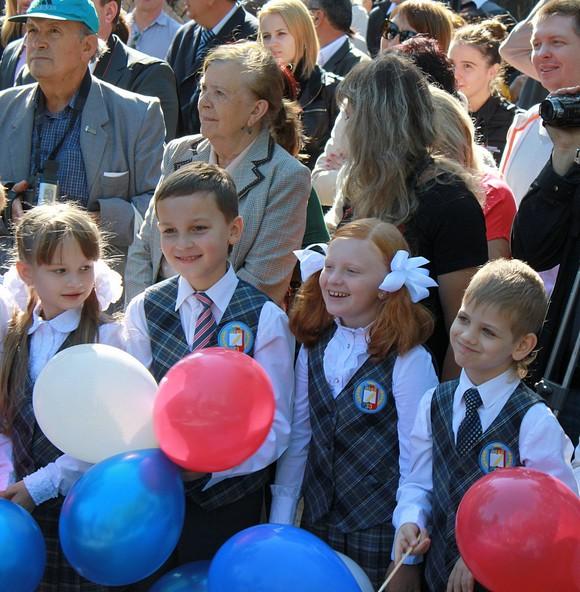 Дети у памятника Байкову.