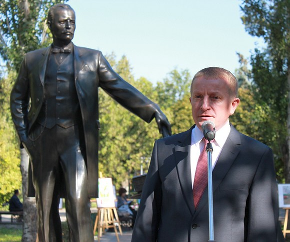 Вице-губернатор Ростовской области Сергей Горбань, по слухам, вроде бы давно хочет занять пост мэра Ростова. А Андрей Байков вроде бы похлопывает его по плечу.